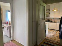 vasemmalla olohuone, edessä keittiö ja niiden välissä oven takan wc.