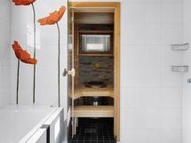 Kylpyhuoneessa amme ja kaksi suihkua