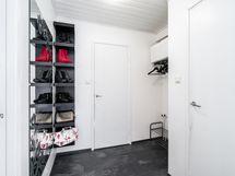 Eteisessä on tilaa päällysvaatteille ja tilasta on kulku kylpyhuoneeseen
