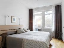 Sisäpihanpuoleinen makuuhuone, josta käynti pergola-pihalle