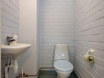 erillinen wc ullakkohuoneen yhteydessä