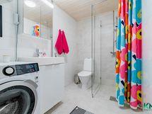 Kylpyhuone jatkaa kodin linjaa: raikkaat ja maanläheiset sävyt ja tilaa sopivasti.