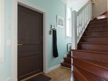Toiset portaat yläkertaan ja sisäänkäynti talon takaa
