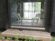 Lasitetulle verannelle lasiovet myös mökin takaa