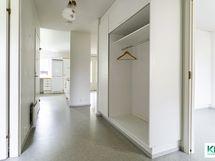 Näkymä eteisestä asuntoon, oikealla mh2, edessä keittiö