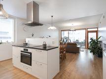 Saareke erottaa keittiön ja olohuoneen toisistaan/ En köksö mellan kök och vardagsrum