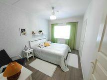 Makuuhuone 2, jonka yhteydessä erittäin tilava vaatehuone