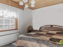 Alakerran 2. makuuhuone, koko n. 15 m2
