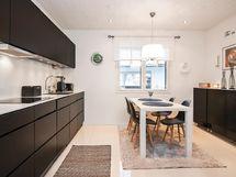 Moderni keittiö, jossa laadukkaat kodinkoneet