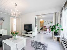 Olohuoneen ja makuuhuoneen välisen tilan saa rajattua taiteovella