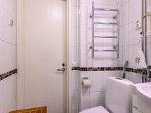 Kaunis kylpyhuone on uudistettu kokonaan LVIS-urakan yhteydessä.
