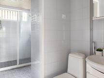 Kylpyhuoneeseen mahtuu hyvin pesukone, taloyhtiössä myös talopesula.