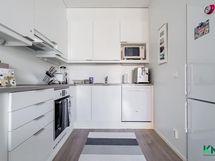 Keittiössä on laadukkaat laitteet ja valoisuutta, silloin kokkailu on hauskaa.