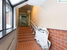 Esteetön talo, jossa hissi pyörätuolille tai vaunuille sekä portaiden päässä hissi kerroksiin.
