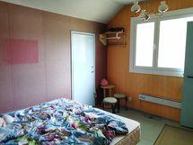 Makuuhuonetta portaiden päässä