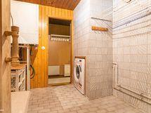 Pesuhuoneessa pyykinpesukoneelle oma paikka