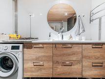 Kylpyhuoneessa reilusti taso- ja kaappitilaa