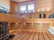 Tyylikäs ikkunallinen sauna.
