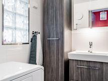 Kylpyhuone suunniteltu sentin tarkasti ja valo siivilöityy lasitiilen läpi.