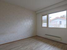Makuuhuone 2, ikkuna terassipihalle päin