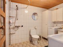 Alakerran kylpyhuone / Nedrevåningens badrum