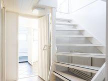 portaat alakerrasta keskikerrokseen