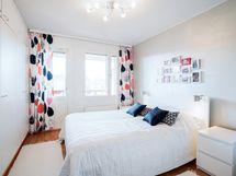 Asunnon suurin makuuhuone, jonka yhteydestä kulku parvekkeelle