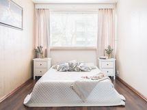 Tilava makuuhuone no1