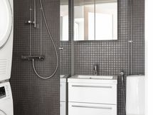 Tyylikäs kaakeloitu kylpyhuone/wc