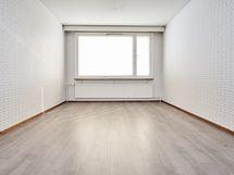 Tilavan olohuoneen selkeät linjat ja valoisa kokonaisuus.