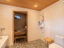 Pesutilassa on tyylikäs mosaiikkilaatoitus