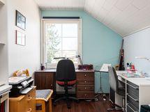 Yläkerrassa kaksi pienempää huonetta (peilikuvat)