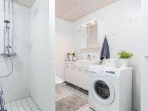 Kylkyhuoneen yhteydessä wc sekä kodinhoitotila