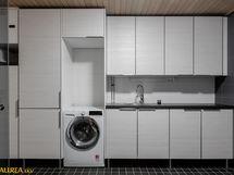 Kodinhoitotilassa paljon kaapistoja sekä tilat ja liitännät pesutornille