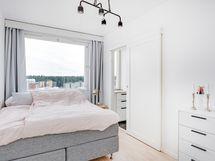 Huoneistolla tilava makuuhuone