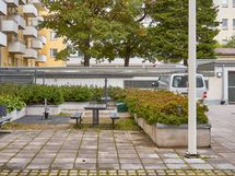 Turvaportilla suojattu sisäpiha, jossa autopaikka