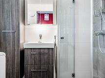 Kylpyhuone, jossa valoa ja tilantunnetta riittää.
