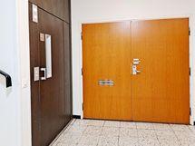 Toimistotilan ovi hissin vieressä