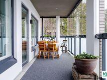 Upea lasitettu parveke on koko asunnon levyinen!