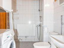 Kylpyhuoneeseen mahtuu täysikokoinen pyykinpesukone