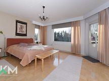 Yläkerran makuuhuone (suurin, josta pääsee parvekkeelle)