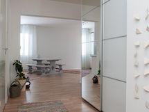 näkymä eteisestä keittiön/olohuoneen suuntaan