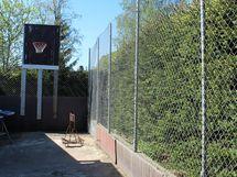 Tallirakennuksen taakse on tehty verkkoaitaus, jossa voi pelata vaikka koripalloa.