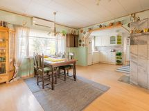 Olohuone, jonka takana keittiö. Alakerran huone jää vasemmalle.
