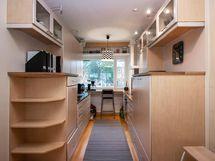i-mallinen keittiö jossa runsaasti kaappitilaa
