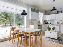 Valkoinen keittiö laadukkain kodinkonein