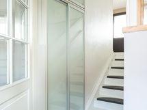 Yläkerran sisääntulo ja portaikko