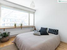 Koko seinän levyisestä ikkunasta tulvii hyvin valoa makuuhuoneeseen ja kaikissa ikkunoissa olevien sälekaihtimien avulla säätelet kätevästi valon määrää.