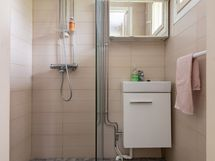 yläkerran suihku makuuhuoneen yhteydessä