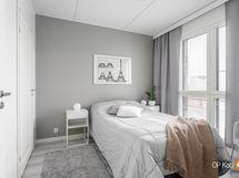 Makuuhuone, jonka yhteydessä tilava vaatehuone
